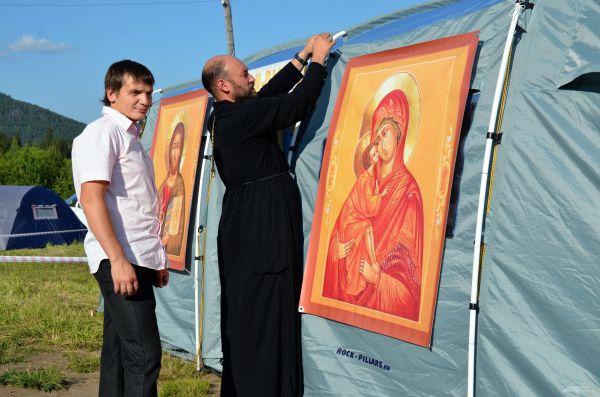 Местный священник отец Андрей не считает возможным оставлять гостей фестиваля без своего пригляда