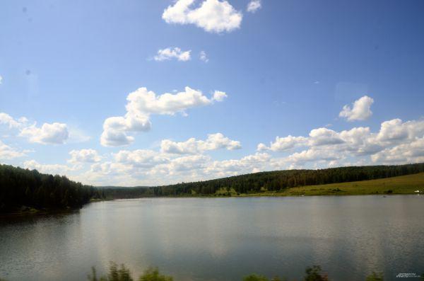 Природа по дороге на фестиваль - озеро с искусственным