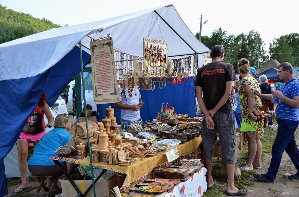 На фестивале можно купить изделия местных рукодельников
