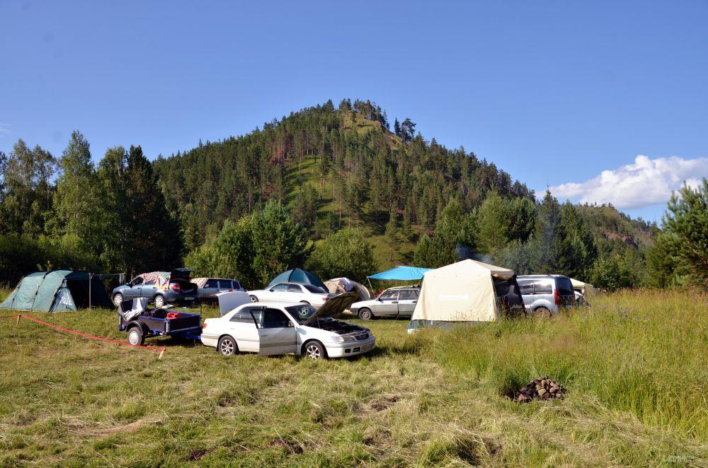 Гости и участники фестиваля ночуют в палатках