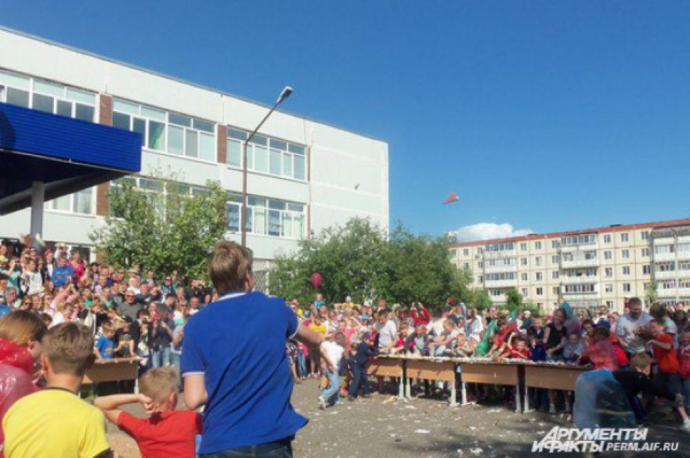 Сначала участники сражались, стоя за столами по разные стороны баррикад.