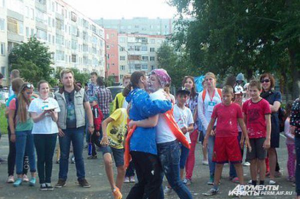 Участники обнимались, несмотря на испачкавшуюся одежду.
