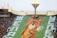 Торжественное открытие XXII Олимпийских игр в Москве 19 июля 1980 года. На трибуне — символ Олимпиады-80, Медвежонок.
