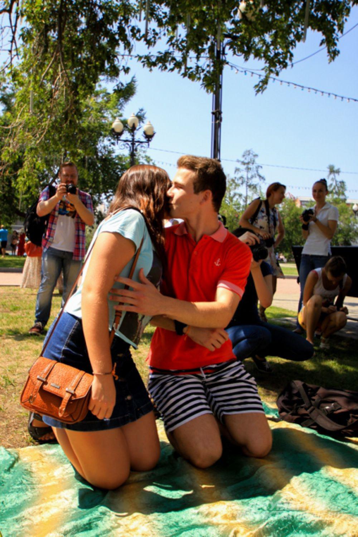 После регистрации обязательный поцелуй.
