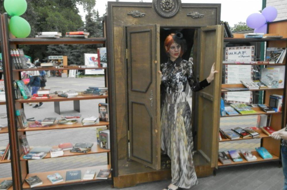 Войти на праздничную площадку можно было через волшебный шкаф