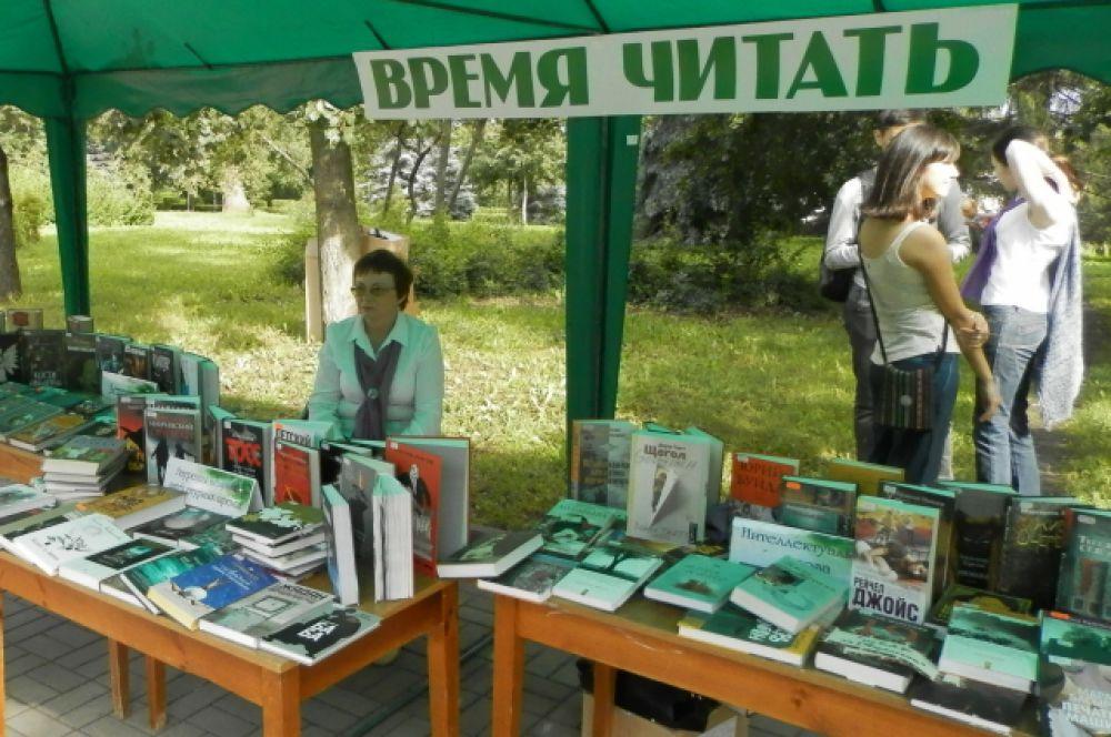 В палатках были представлены последние книжные новинки
