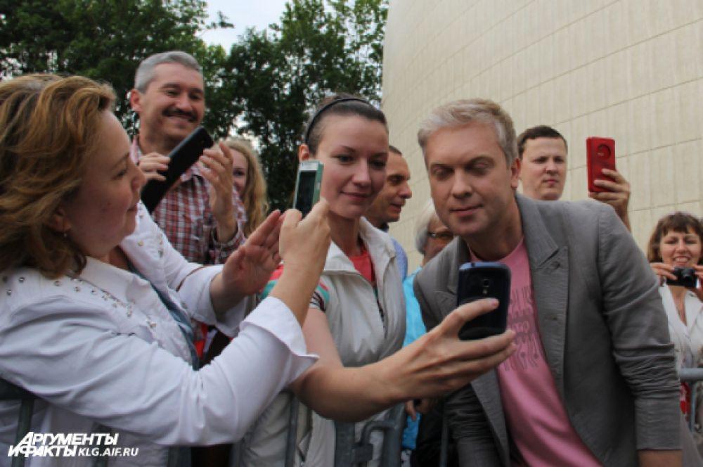 Гости фестиваля не упустили возможности сфотографироваться со знаменитостями. Наибольшей популярностью пользовался Сергей Светлаков.