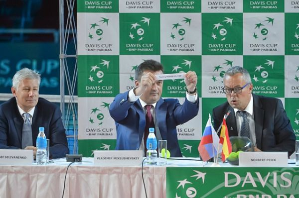 Владимир Миклушевский проводит жеребьёвку.