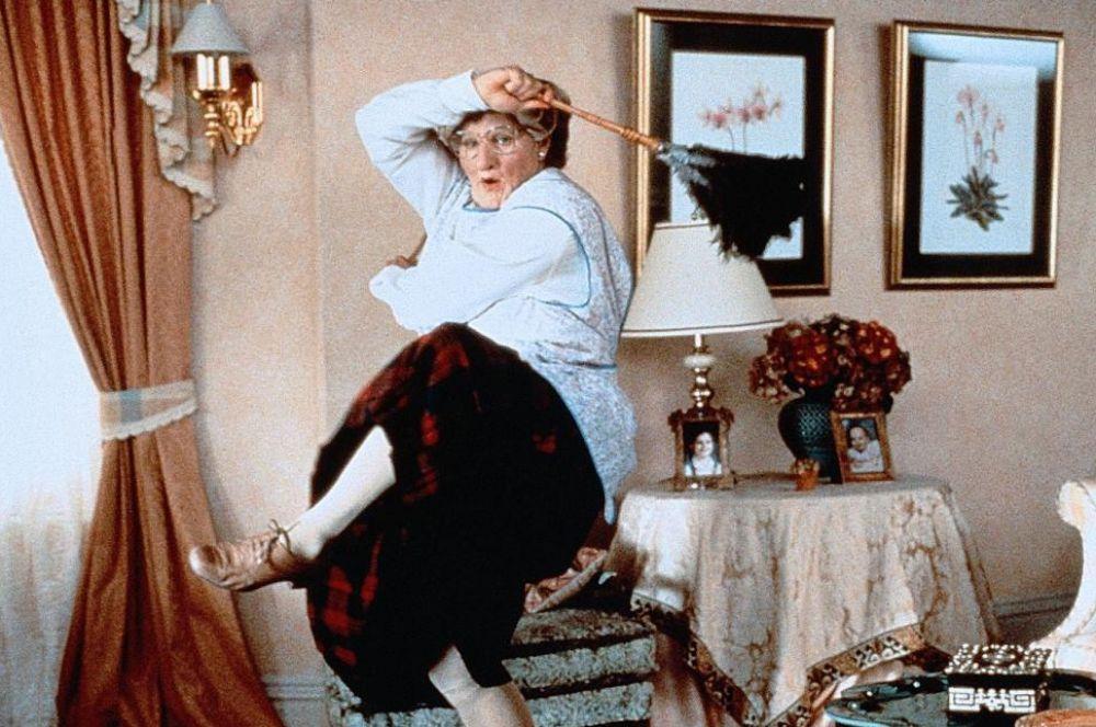 Комический талант Уильямс продемонстрировал в фильме «Миссис Даутфайр», где его персонаж скрывается от проблем в обличье женщины.