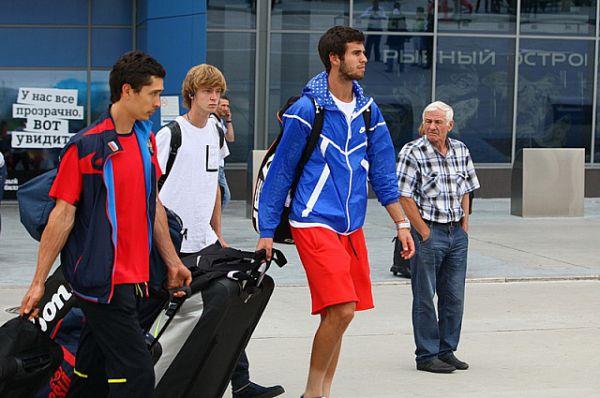 Российская сборная прилетела во Владивосток.