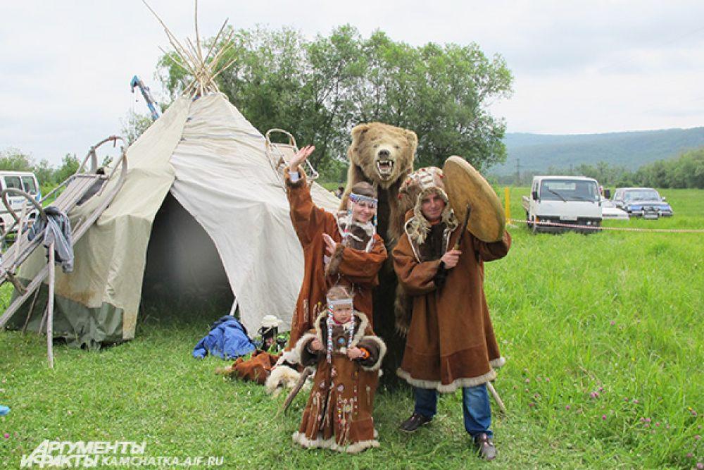 На славянском празднике можно сфотографироваться в национальных костюмах народов Севера...