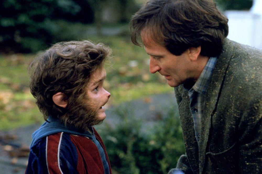 В мистической семейной драме «Джуманджи» Робин Уильямс исполнил, фактически, образующую роль в фильме. Все события картины так или иначе связаны с его персонажем.