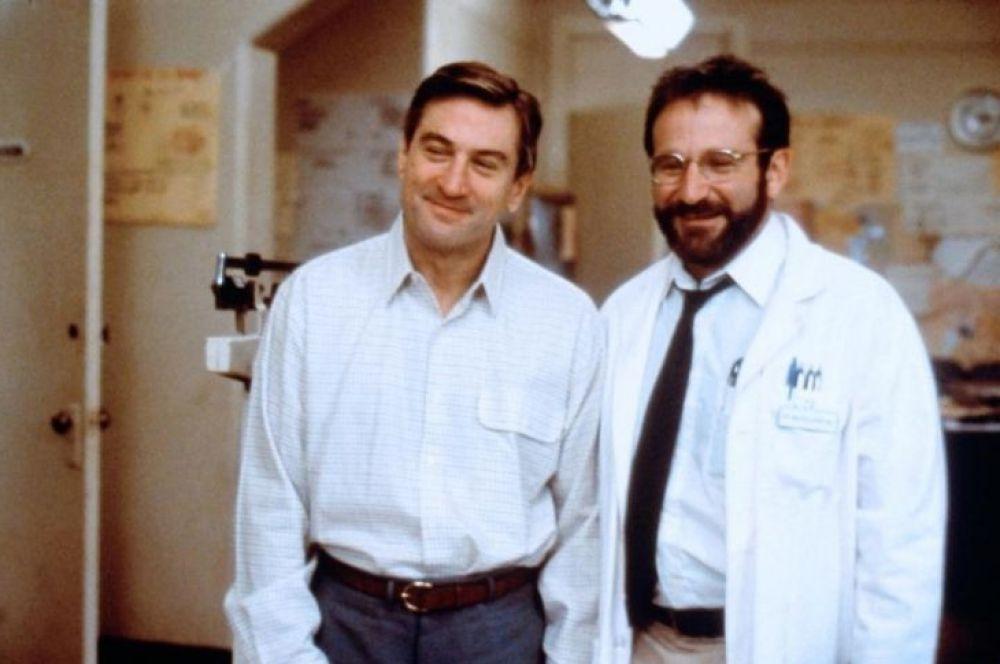 В следующем году на экраны вышла драма «Пробуждение», где Робин Уильямс сыграл застеничивого доктора, ставящего безнадёжных больных на ноги.