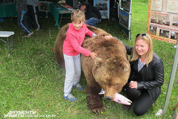 ...и с символом полуострова - медведем.