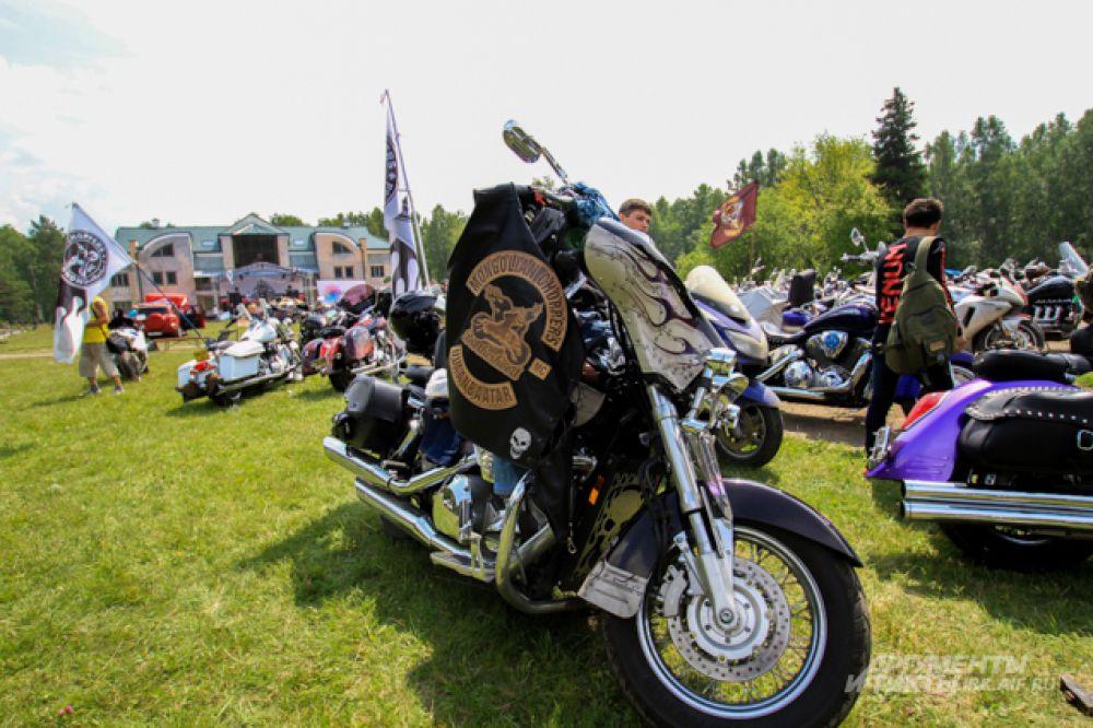 На фестиваль съехались байкеры из разных уголков Сибири и даже стран.