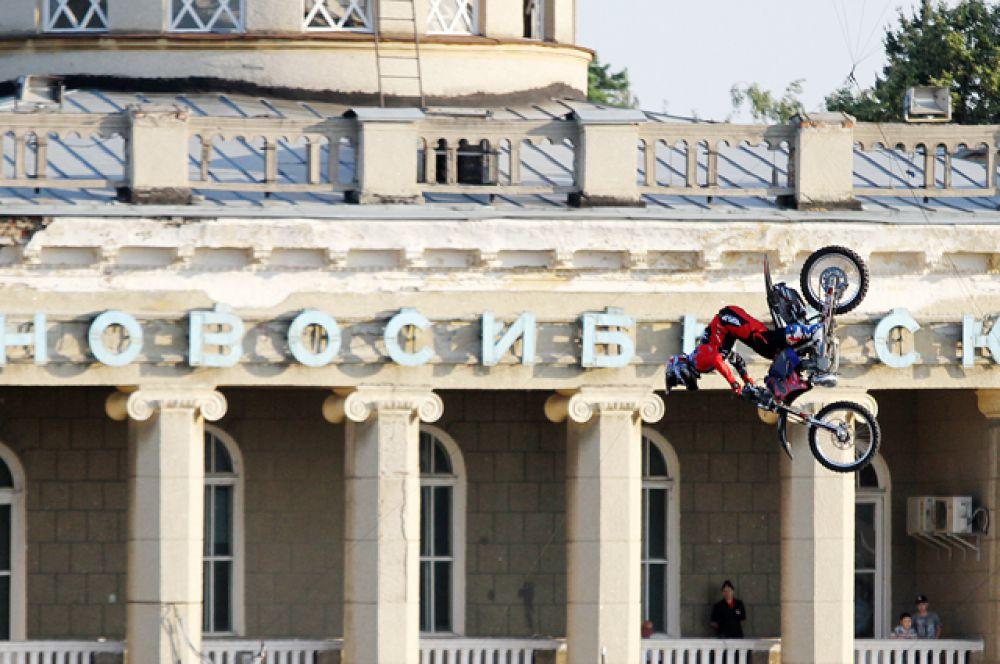Первый этап соревнований по мотофристайлу прошёл в Санкт-Петербурге. Затем северная столица уступила место главной арены Новосибирску.