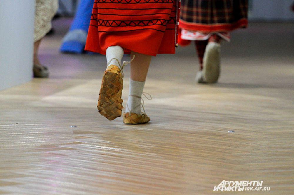 Помимо костюмов, на девушках-моделях была и этническая обувь. В данном случае лапти.