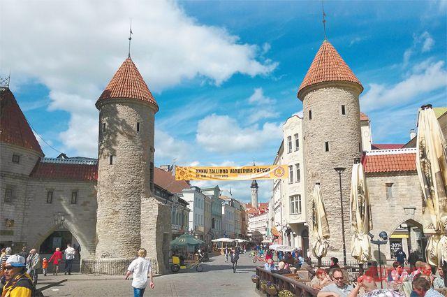 Ворота старого Таллина открыты для туристов и их кошельков. Но гостей из России стало меньше.