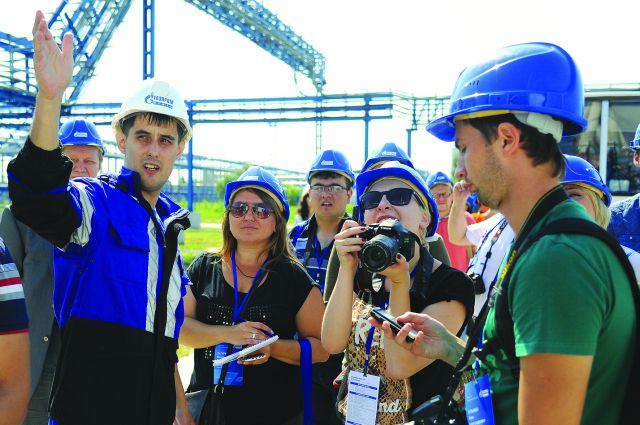 Журналисты задавали много вопросов сотрудникам завода.