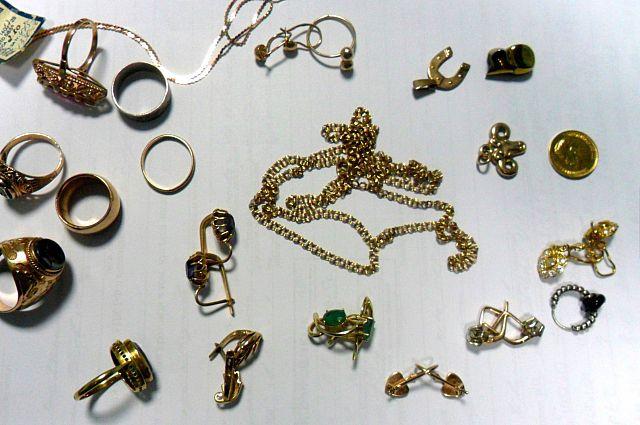 Золотые украшения, изъятые полицией.