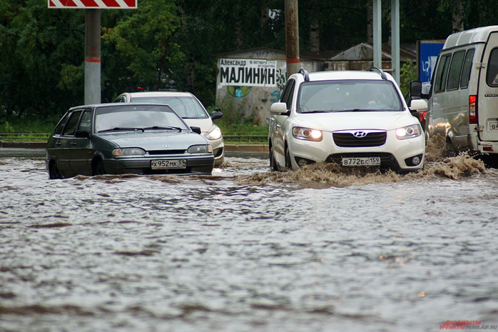 Одна из машин заглохла в воде.