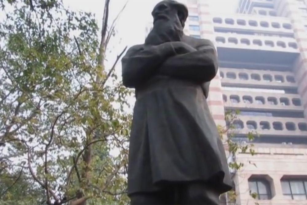 В Индии есть целых два памятника Льву Толстому, его именем также названа одна из центральных улиц столицы. Такой любовью к русскому классику индийцы обязаны Махатму Ганди, который восхищался автором «Войны и мира» и часто его цитировал.