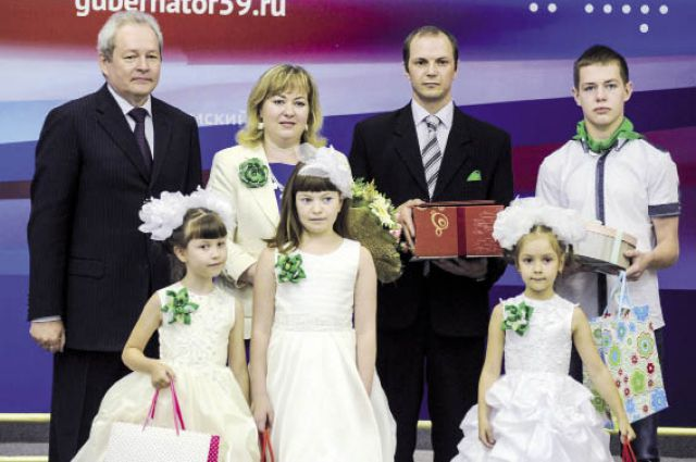 Губернатор поздравил Алексея и Наталью Орловых, которые воспитывают пятерых детей.