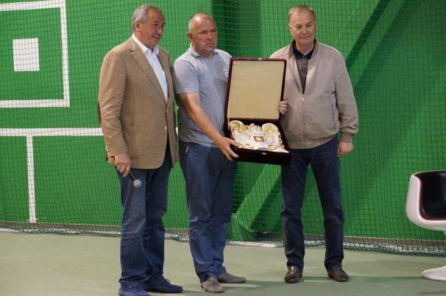 Шамиль Тарпищев (слева) принял участие в награждении победителей