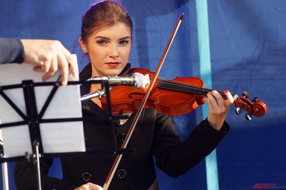 Одна из участниц сыграла на скрипке.
