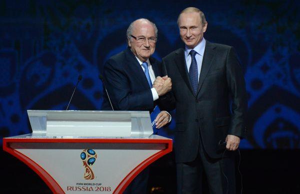 Президент России Владимир Путин и глава Международной федерации футбола (ФИФА) Йозеф Блаттер.