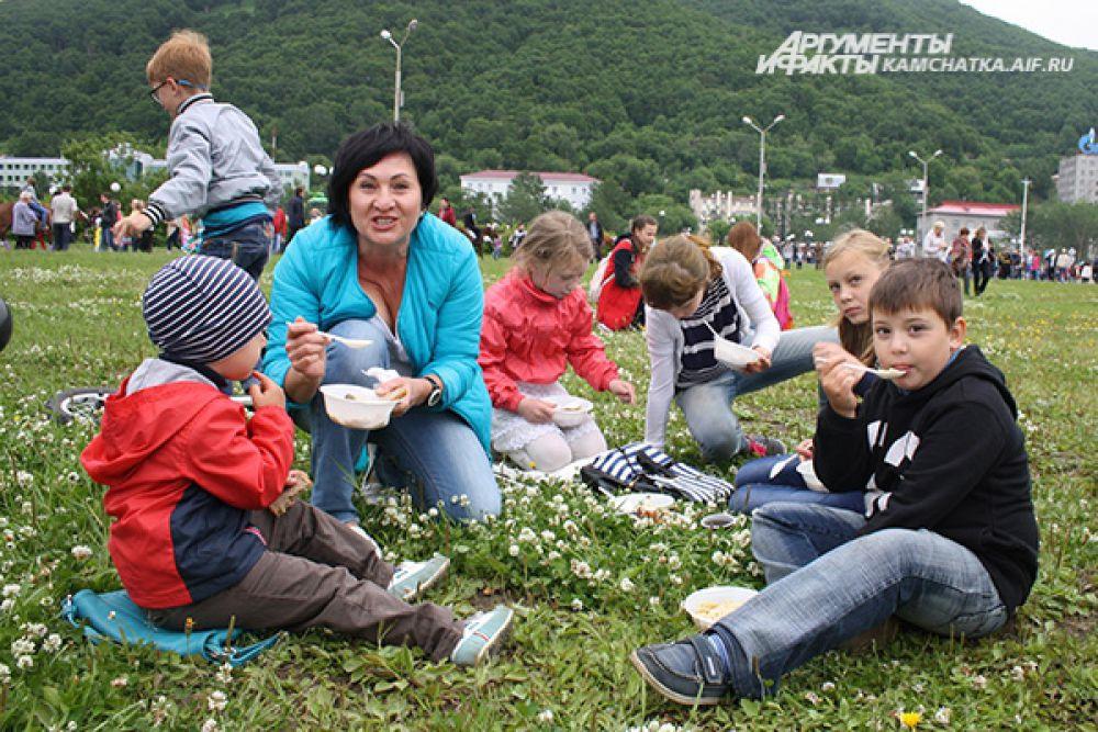 Гостей праздника угощали макаронами по-флотски и гречневой кашей с тушёнкой.