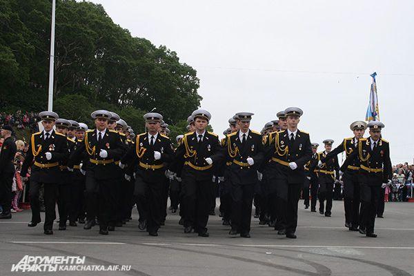 Торжественным маршем прошли роты почётного караула и парадные расчёты.