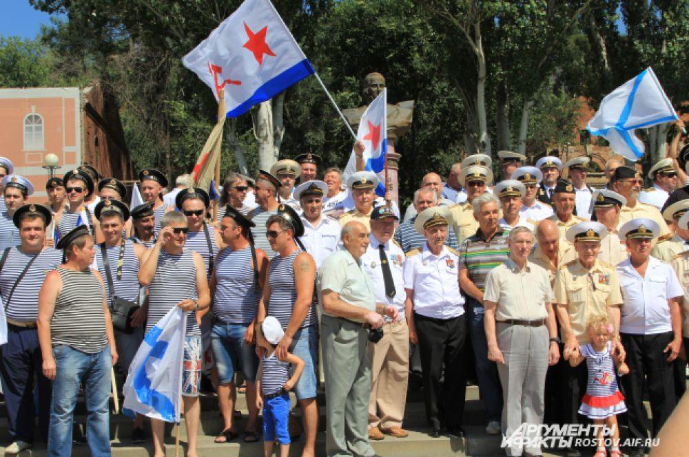 По традиции участники фотографируются на фоне памятнику Ушакову.