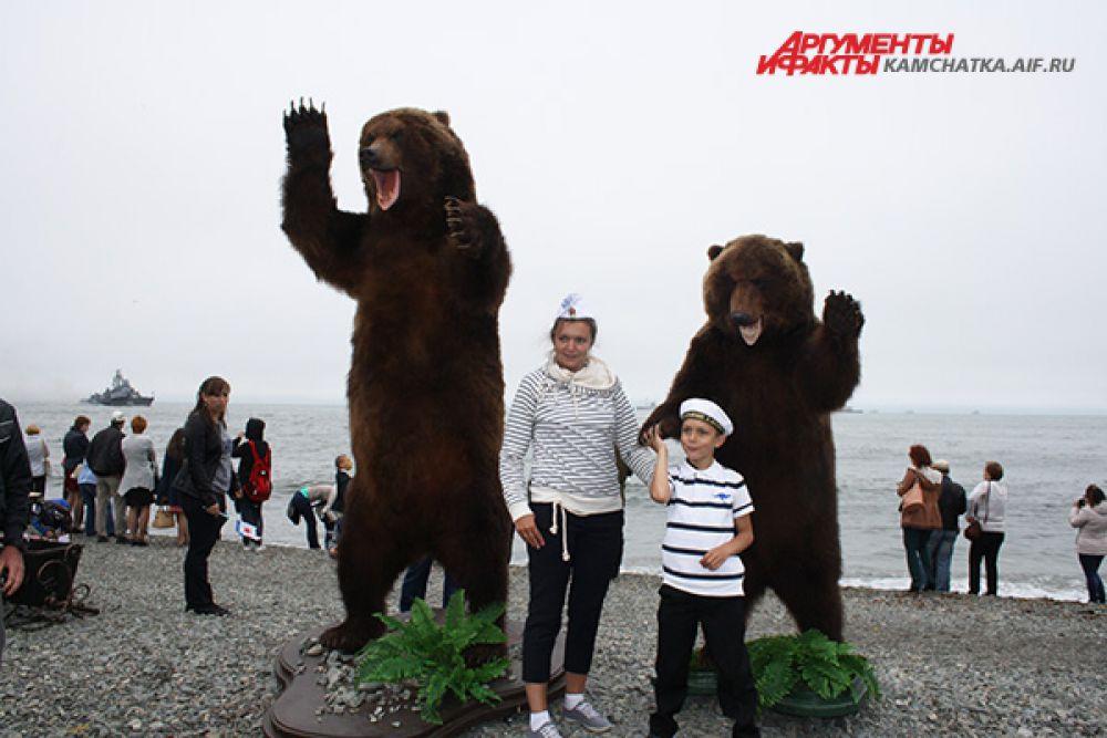 Юные моряки фотографируются с символом Камчатки - медведем.