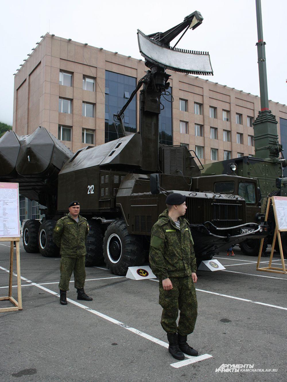 На площадке возле здания Правительства Камчатского края была представлена выставка военной техники.