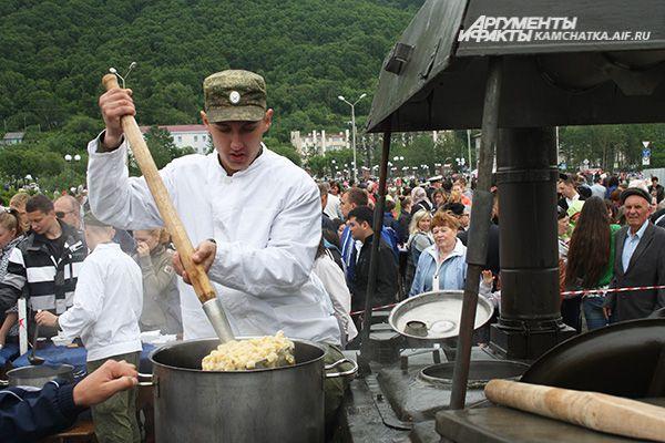 В центре города работали полевые кухни.