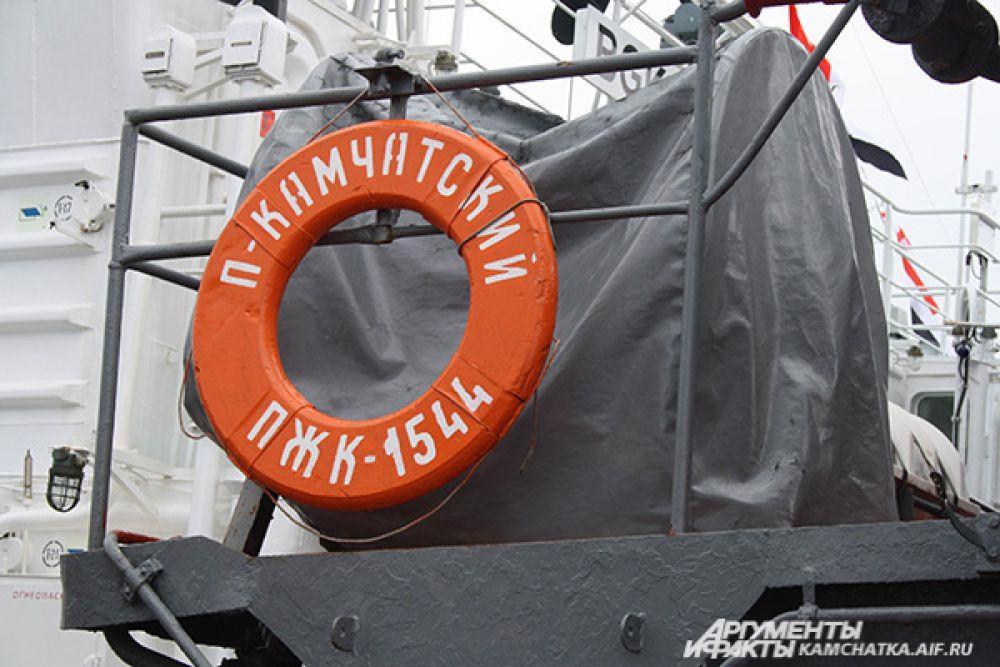 Желающих попасть на боевые корабли было там много, что пришлось отстоять в очереди 1,5 часа.