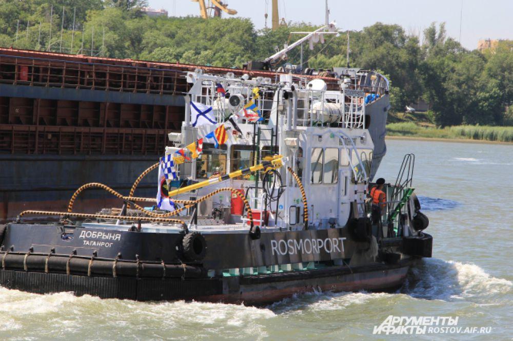 Все корабли и суда в день праздника ходили по реке Дон нарядными, с флагами расцвечивания. .