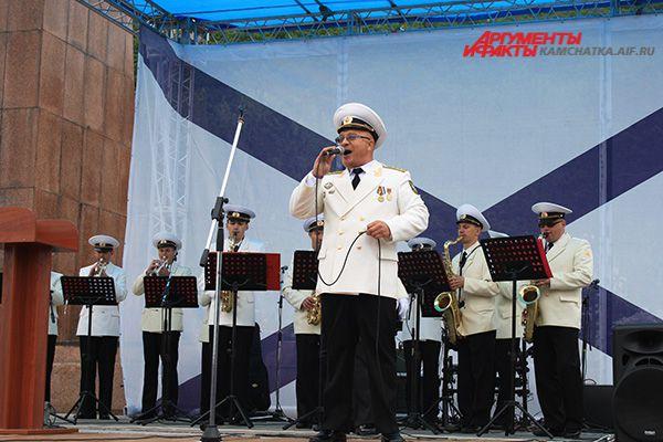 На сцене выступил военный оркестр.