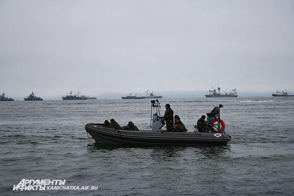 Зрители с берега наблюдали высадку штурмового подразделения спецназа на борт захваченного судна и уничтожение пиратов.