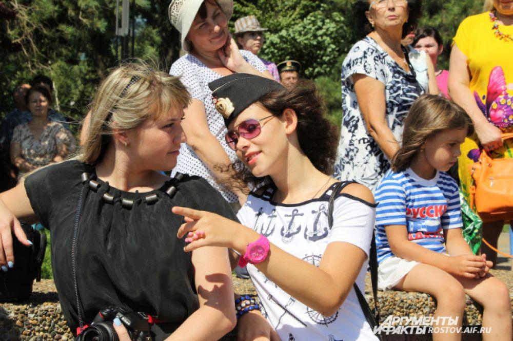 Жены и подруги «мореманов» также пришли на праздник.