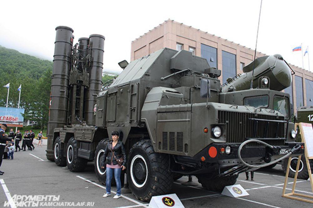 На выставке были представлены береговой самоходный реактивный бомбометный комплекс ДП-62 «Дамба», дозорная машина БРДМ-2рхб, самоходное артиллерийской орудие, зенитная самоходная установка, многоцелевой гусеничный тягач и др.