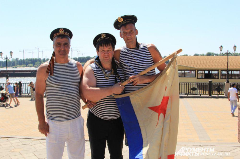 Самый высокий ростовский «мореман» Дмитрий Бильдий (его рост 214 см) уверен, что такие праздники нравятся жителям города.