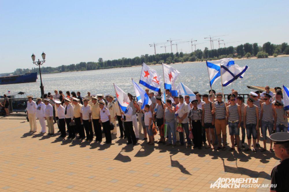 Построение участников праздника перед памятником адмиралу Ушакову.