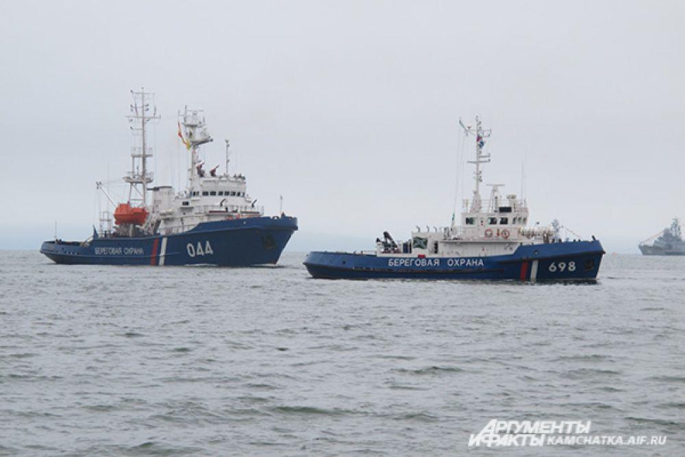 Во время морского парада экипажи кораблей продемонстрировали действия по задержанию «судна-нарушителя».