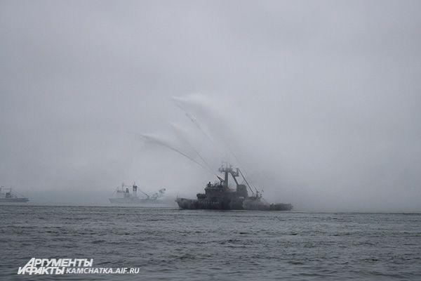 Для гостей праздника подготовили яркую насыщенную программу: в Авачинской бухте раздавались выстрелы...