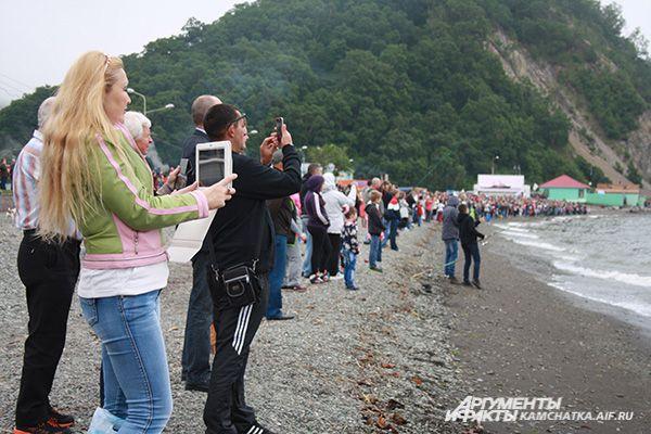 За происходящим в Авачинской бухте с берега наблюдали тысячи жителей и гостей края.