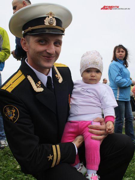 Малышка в футболке с надписью: «Военно-Морской Флот России».