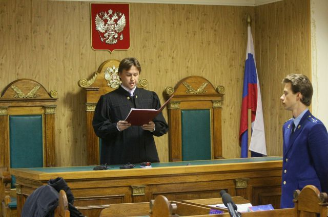 Суд признал работника колонии виновным.