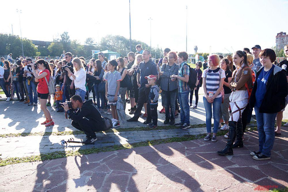 Посмотреть на мероприятие пришли сотни жителей города.